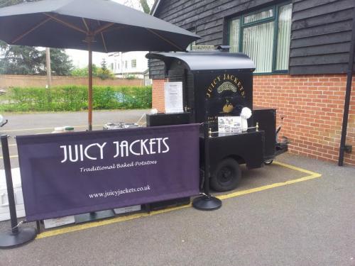 Henley-on-Thames-wedding-catering-Juicy-Jackets (1)